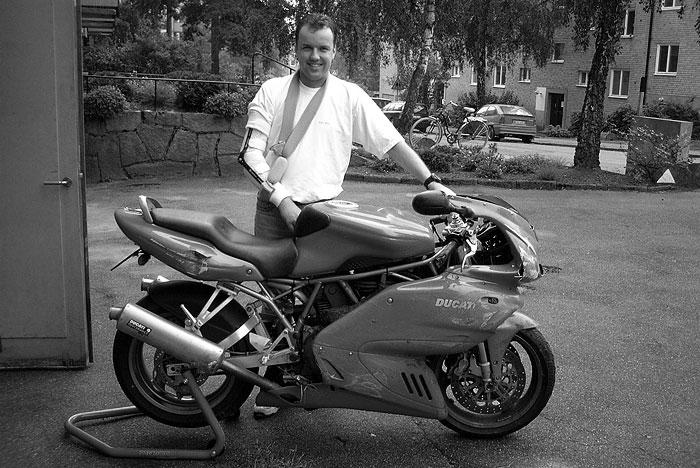 2001 - Både motorcykeln och armbågen blev 1 dm kortare, men med lite rehab så är jag typ helt återställd idag.